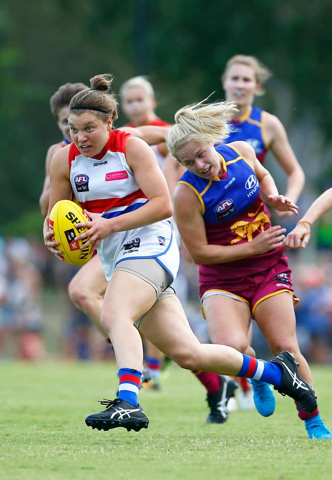 Bulldog Kirsty Lamb breaks away from the pack - AFLW,Brisbane Lions,Western Bulldogs